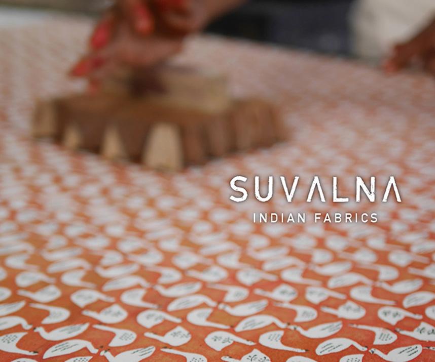 SUVALNA(スヴァルナ)は、インド・ラジャスタン州ジャイプルにおいて、現地の職人たちが伝統を守りながら作りつづけている、木版染め(ブロックプリント)の手仕事布を使ったバッグや衣料品など、布ものアイテムのブランドです。
