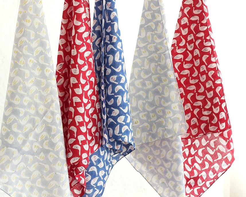 木綿(コットン)布の原点と言われるインドで、じっくり吟味して選び抜いた布は、染める工程で何度も水洗いしているため、ソフトで優しい手触り。
