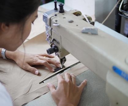 内布の縫製作業。ミシンは日本のSEIKOやMITSUBISHIだったりします。
