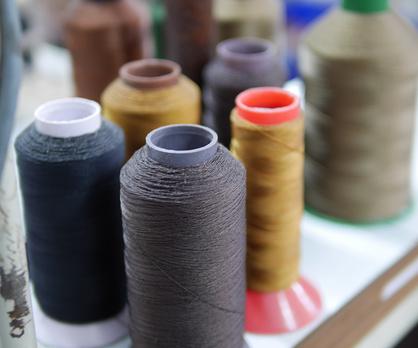 革の色に合わせて縫い糸は変更します。