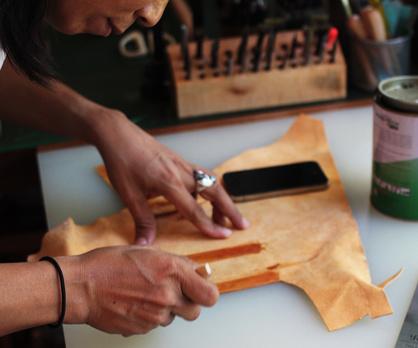 革の切り出し作業、こちらはiPhoneケース用。